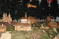 Betlém pro kostel Nanebevzetí Panny Marie v Bruntále vyrobil Josef Nedomlel ze Starého Města u Bruntálu. Betlém tvořil postupně sedmadvacet let. Pokračovatel rodinné tradice František Nedomlel krásu každoročně obohacuje o další figury a objekty.