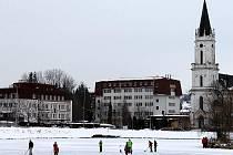 Oblíbeným místem pro bruslení je v Bruntále zamrzlý Kobylí rybník. Díky silným mrazům mají nyní děti ze sousedního sídliště o zábavu postaráno.