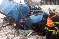 Tři jednotky hasičů zasahovaly v úterý ráno a dopoledne v Lomnici-Tylově u nehody dodávkového vozidla Mercedes Benz Sprinter, které skončilo v potoce, zaklíněné v dřevinách i dopravní značce.