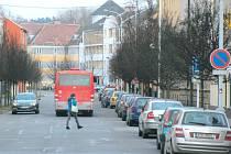 Chodci přechází Hlubčickou ulici v Krnově jak se dá. Musí improvizovat, protože zde není a vzhledem k šířce vozovky ani nemůže být přechod pro chodce. Jediným řešením je zásadní přepracování křižovatky.