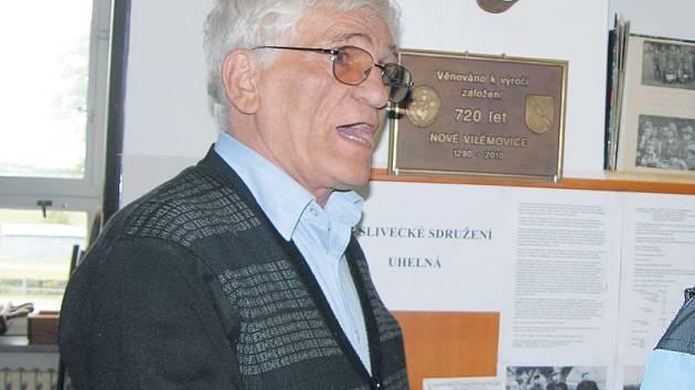 Kostas Samaras zesnul 8. října ve věku 75 let, poslední rozloučení proběhne dnes. Snímek z roku 2010 ho zachytil při návštěvě Uhelné na Jesenicku.