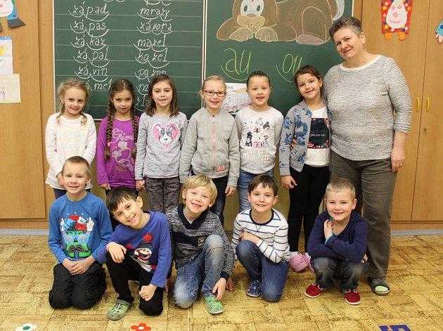 Prváčci z1 A. ze Základní školy a Mateřské školy Horní Benešov se svou třídní učitelkou Dagmar Janákovou.