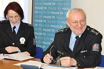Radovan Krygel je šéfem bruntálských policistů od letošního února. Po jeho pravici sedí policejní mluvčí Pavla Jiroušková.
