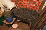 Zásoby uhlí na zimu. Snímek z vesnice Krasnohirivka.