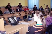 Krnovští gymnazisté v hodinách cizích jazyků komunikují se svými vrstevníky v zahraničí prostřednictvím internetu anglicky, francouzsky, španělsky i německy.