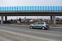 Práce na obchvatu Krnova se rozběhly naplno. Na estakádě, která kříží Albrechtickou ulici, byla dokončena montáž svodidel a protihlukových stěn.