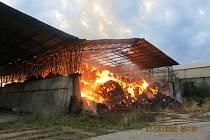 Požár haly se slámou v Osoblaze.