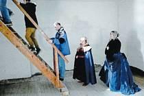 Prohlídka zámku Hošťálkovy začala varováním, že zámek je v rekonstrukci a návštěvníci do něj vstupují na vlastní nebezpečí.