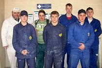 Zkušenými sádrokartonáři jsou po ukončení praxe na Slovensku nejlepší studenti druhých ročníků hornobenešovské soukromé školy.