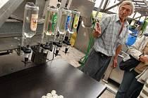 Jan Huser si rád povídá s návštěvníky své palírny ve Městě Albrechticích o tom, jaká byla letošní úroda. Při této příležitosti se pochlubí, jak se mu vydařily destiláty. Z lahve vlevo mohou zájemci okoštovat nový hit - pálenku z japonské jabkohrušky.