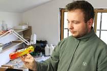 Nadšenec Jakub Ščupák v Křišťanovicích vyrábí modely vláčků, ale i celá nádraží.
