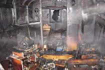 Dva obyvatelé maringotky z Petrovic stačili při požáru vyjít dveřmi a vyskočit z okna, i tak se nadýchali zplodin a museli se nechat ošetřit.