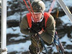 AŽ NA DNO SIL. Mnohé úkoly nutí závodníky vydat ze sebe vše. Závod Winter Survival v Jeseníkách je složen z úkolů, které mohou potkat vojáky při jejich činnosti v neznámém zimním terénu a s nimiž se mohou střetnout při bojovém nasazení.