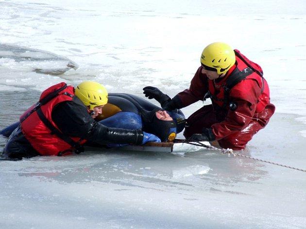 Cvičnou akci, zaměřenou na vyproštění a záchranu tonoucích ze zamrzlých vodních ploch dnes v sobotu 27. února dopoledne potrénovali na Kobylím rybníku v Bruntále hasiči spolu s místními vodními záchranáři.