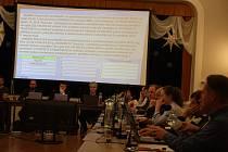 Poslední zasedání krnovského zastupitelstva proběhlo 5. února ve Střeleckém domě. Tehdy znali koronavirus pouze v Číně a sousedních státech. V Krnově byla hlavním tématem Karnola.