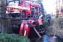 Těsně vedle mostu sjel ze silnice přímo do potoka řidič octavie v Lomnici. Vyprošťovaly ho dvě jednotky hasičů, přidali se i lidé, kteří u zásahu byli a policisté.