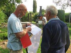 Trvalý zábor stavby obchvatu vytyčil v pátek 25. srpna geodet v zahrádkářské osadě Zlatá Opavice.