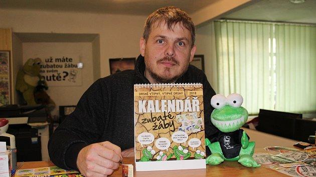 Lidé si mohou v krámku Tomáše Koňaříka s žertovnými suvenýry se zubatou žábou v Bruntále koupit nejen kalendář, ale i řadu dalších dárků, které mají jedno společné - zubatou žábu.