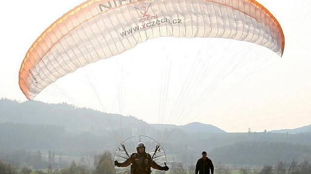 Miroslav Oros chce překonat světový rekord a zapsat se do Guinessovy knihy tím, že za devadesát dní nalétá devět tisíc kilometrů. V úterý přelétal ze Šumperka přes Rýmařov a Horní Benešov do Ostravy.
