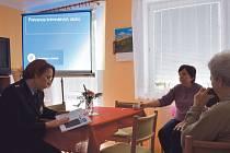 Pavla Jiroušková předčítala seniorům z nové knihy, kterou vydalo Oddělení prevence Moravskoslezské policie.