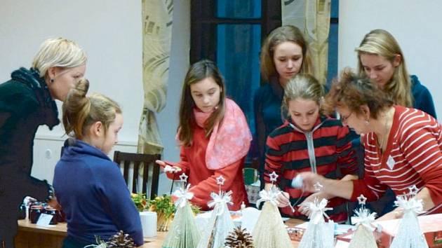 Na loňském ročníku jarmarku v Dolní Moravici se všechny šikovné ruce zapojili mimo jiné i do výroby adventních dekorací.