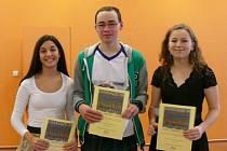 Studenti krnovského gymnázia Sarah Stambolidisová, Dominik Krasula a Markéta Strýčková (zleva) jsou nositeli Ceny Dr. Sigmunda Langschura za rok 2014.