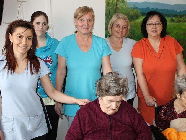 Miroslava Sedláková (vpravo nahoře) se svým personálem při cvičení se seniorkami v bruntálské Domově Pohoda.
