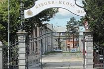 Areál varhanářské firmy Rieger Kloss nabízí kancelářské a výrobní prostory k pronájmu nebo k prodeji. Kvůli nedostatku zakázek Rieger-Kloss prochází restrukturalizací a zbavuje se nevyužitých strojů i zaměstnanců.