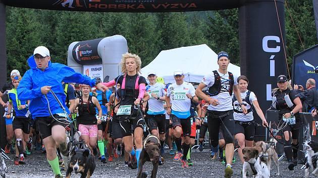 Seriál horských běhů a trekingu láká běžce, mezi kterými jsou velké věkové i výkonnostní rozdíly.Teď se k nim přidali i dogtrekaři se psy.