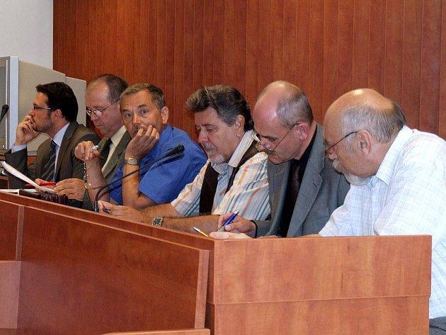 Miroslav B. (vpravo), Bohuslav Š. (třetí zprava) a Pavel Š. z Bruntálu čelí obvinění z dřívějšího zvýhodňování věřitelů v místní nemocnici.