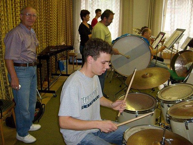 Stanley Lastuvka hodiny pozoroval kamaráda Karla Dospivu a jeho hráče při poslední zkoušce orchestru v letošním školním roce. Po každé skladbě muzikantům vysekl poklonu.