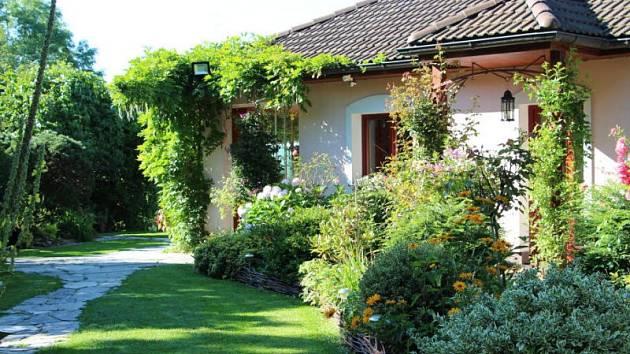 Na Cvilíně ve Výletní ulici si porota s úžasem prohlížela zahradu u rodinného domu manželů Hrouzových. Vítězná zahrada v soutěži neměla konkurenci. Všichni porotci byli nadšení originální koncepcí i půvabnými detaily.