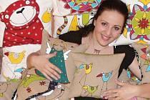 Knihovnice a výtvarnice Markéta Charousková se svými výtvory.