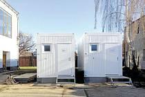 Aby tito pracovníci měli důstojné zázemí, nakoupila společnost Technické služby Krnov dva obytné kontejnery se sociálním zařízením.