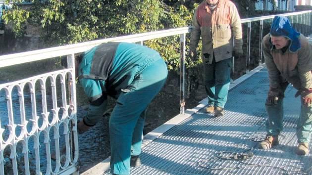 Rekonstrukci mostu v centru Krnova loni přerušil příchod zimy.