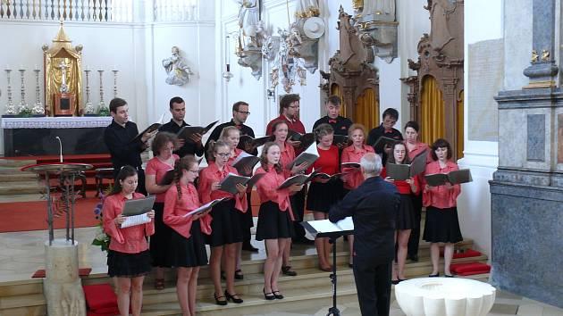 Krnovský chrámový sbor začal po rozvolňování zase zpívat.
