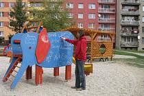 Oranžové hřiště bylo otevřeno teprve v červenci, ale již nyní si ho oblíbili kromě dětí také vandalové. Mládežníky, kteří na hřišti  popíjeli a dělali nepořádek, musela umravnit městská policie.