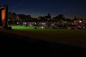 Promítání letního kina na fotbalovém hřišti ve Městě Albrechticích vzbudilo nečekaný ohlas.