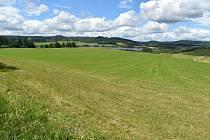 Razová leží na břehu Slezské Harty. Jako jedna z mála obcí má k dispozici přístav i letiště.