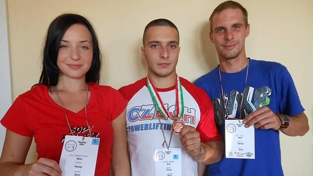 TOMÁŠ JUŘÍČEK (uprostřed). Vlevo Eva Bartoníčková, vpravo Aleš Rys, jeho asistenti.