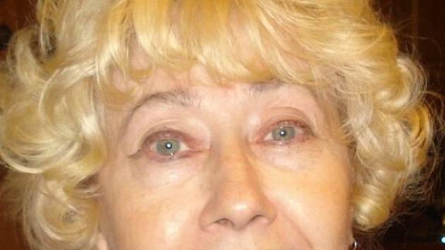 """Miluše Lužná, 66 let, Bruntál, důchodkyně: """"Tak to už dnes nikdo nezná. Je to taková středověká halenka, která se vepředu zapíná."""""""