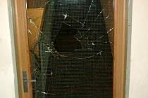 Musí zaplatit zasklení. Proražené sklo dveří panelového domu na Dlouhé ulici musí zuřivec zaplatit. Stihla ho i pokuta od strážníků.