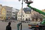 Pracovníci technických služeb zajišťovali minulý týden ve čtvrtek 18. a pátek 19. listopadu vánoční výzdobu ulic města Bruntálu.