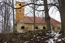 Kostel v Pelhřimovech už nezakrývá lešení, takže se v těchto dnech konečně opravená věž a nová střecha konečně ukázaly v celé kráse.