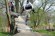 Akrobatické kousky na kolech zatím mohli krnovští bikeři trénovat jen na vlastnoručně postavených překážkách a rampách, které si sami stloukli u řeky.