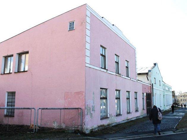 Z Fügnerovy ulice v Bruntále by měla zmizet budova, dříve využívaná jako pracoviště střední odborné školy, ještě předtím jako provoz Lisoven nových hmot.