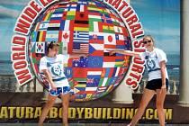 Jana Kovaříková a Hana Sedláčková na hlavním pódiu, kde vybojovaly první a druhé místo letošního mistrovství světa ve fitness.