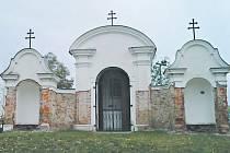 Trojdílnou kapli zbudovali minorité s povolením města v roce 1729 podle návrhu krnovského zedníka a štukatéra Georga Friedricha Ganse. Nesla název Kaple sedmi tajemství a sloužila jako Kristův hrob se dvěma bočními zastaveními.