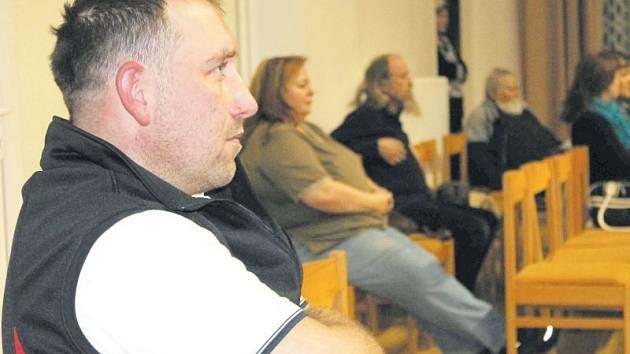 René Kalisz předložil petici podepsanou čtyřmi sty obyvateli z okolí ubytovny v ulici U Potoka minulý týden bruntálským zastupitelům.