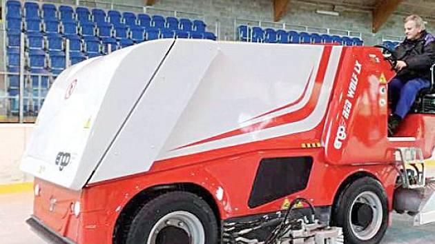 Növá rolba Engo Red Wolf LX má tichý provoz, protože ji pohání elektřina.Oproti své předchůdkyni má nastálo nainstalovanou boční frézu, což umožňuje seřezávání ledu společně s čištěním podél mantinelů.